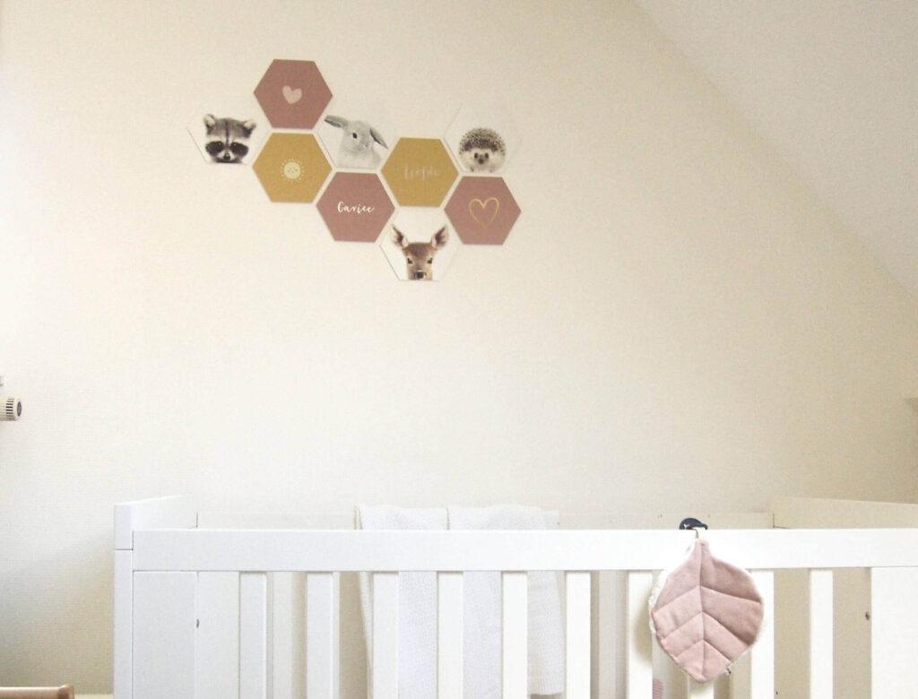 Hexagons aan de muur in de kinderkamer