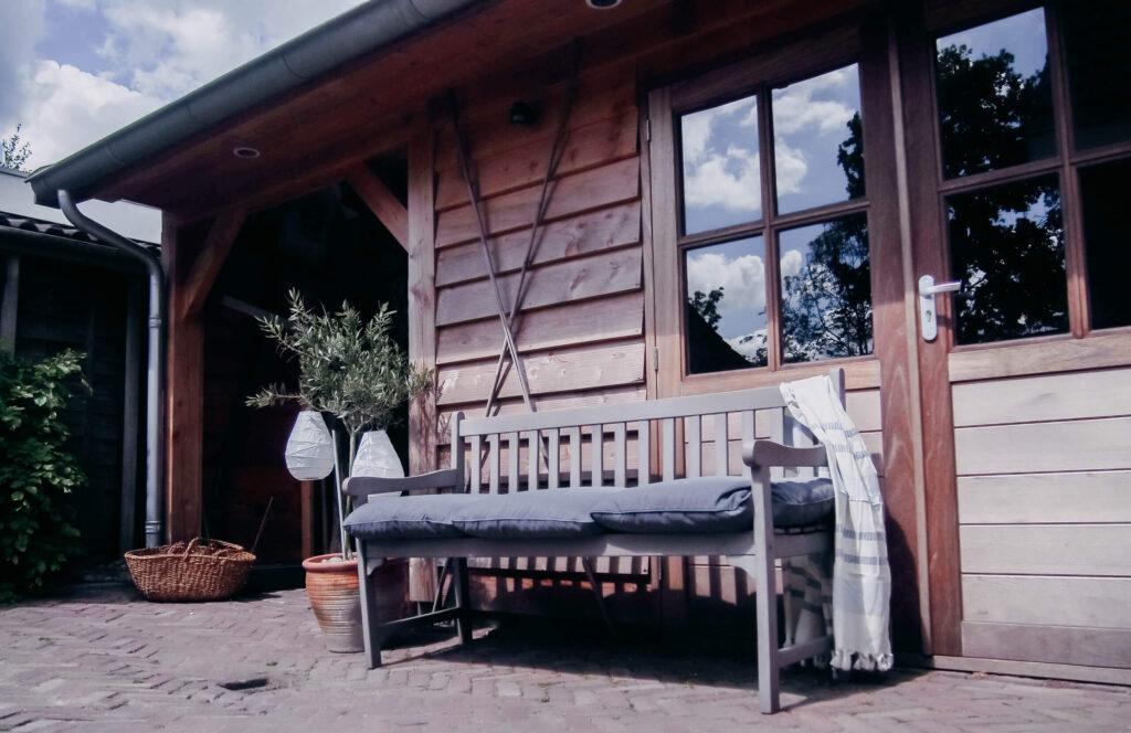 Een houten bank in de tuin: 7 voordelen