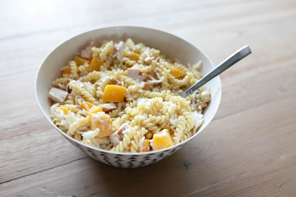 Zomerse pastasalade met gerookte kip en perzik – recept