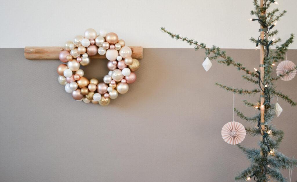 Kerstkrans maken met kerstballen – DIY