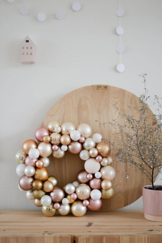 kerstkrans maken met kerstballen