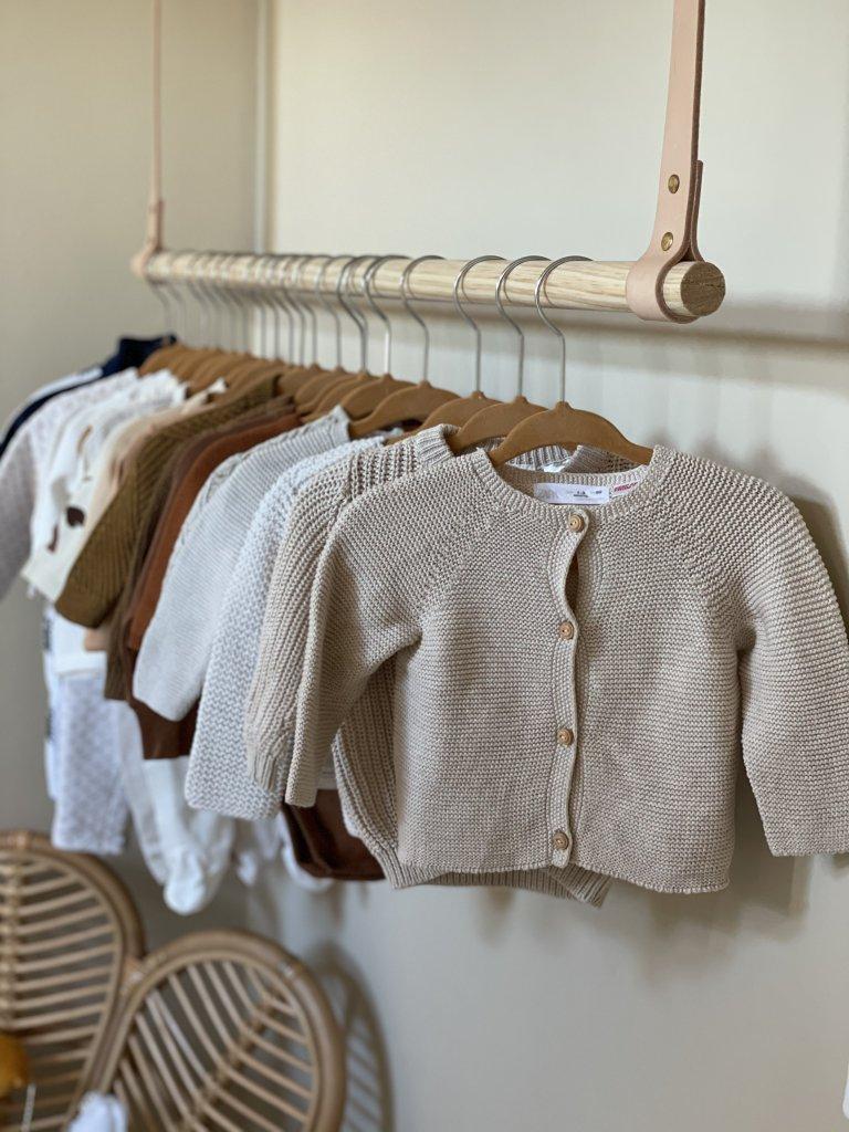 naturel babykamer kleding jongenskleding kapstok kinderkamer