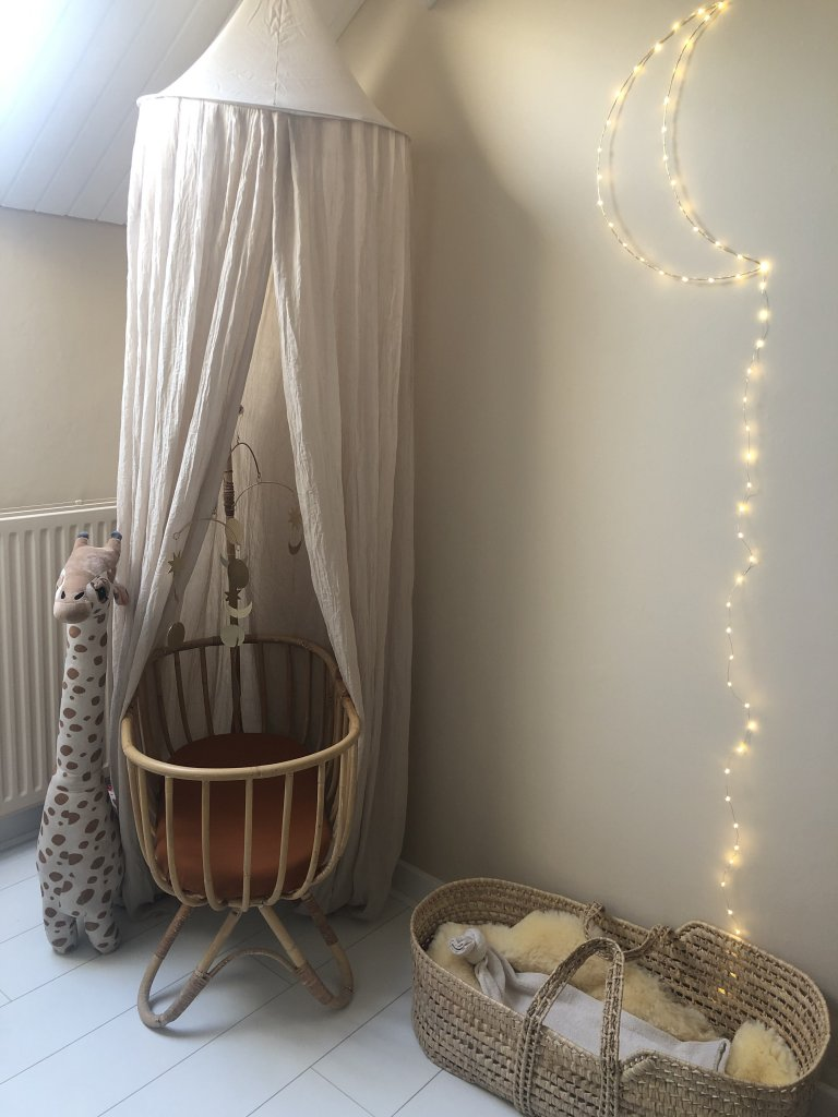 naturel babykamer wieg maanlampje klamboe rotan