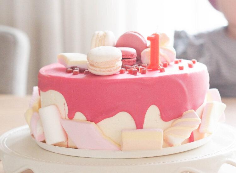 verjaardagstaart roze spekjes macarons