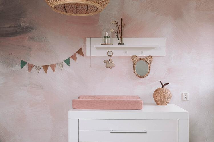 bohemian meisjeskamer met zacht roze rotan accessoires